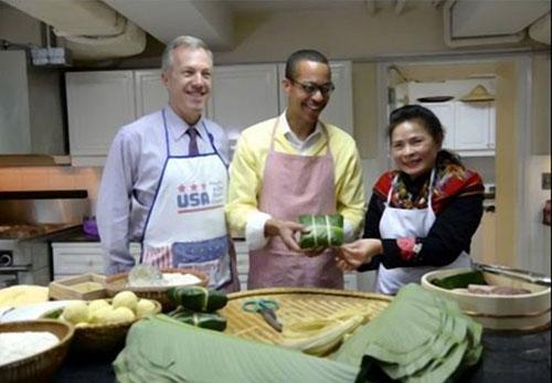 Đại sứ Mỹ gói bánh chưng đón Tết Ất Mùi - 5