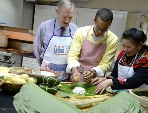 Đại sứ Mỹ gói bánh chưng đón Tết Ất Mùi - 3