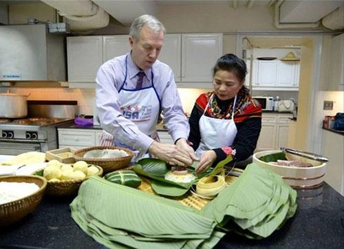 Đại sứ Mỹ gói bánh chưng đón Tết Ất Mùi - 1