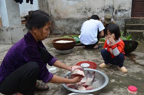 """Chùm ảnh: """"Úp chậu"""" nướng cá ngày Tết ở Nam Định - 4"""