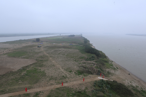 Dàn pháo hoa bãi giữa sông Hồng sẵn sàng chờ giao thừa - 1