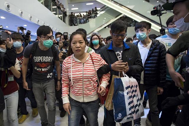 Dân TQ bị phản đối vì đổ xô đến Hong Kong sắm tết - 1
