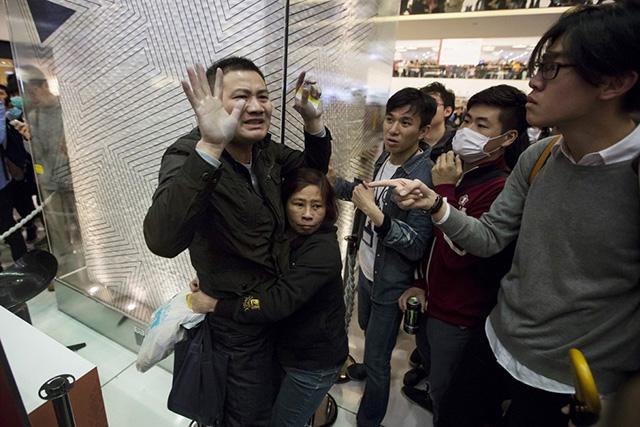 Dân TQ bị phản đối vì đổ xô đến Hong Kong sắm tết - 2