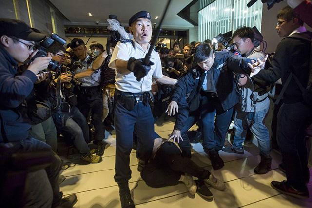 Dân TQ bị phản đối vì đổ xô đến Hong Kong sắm tết - 4