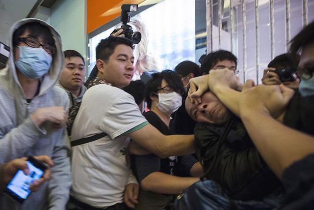 Dân TQ bị phản đối vì đổ xô đến Hong Kong sắm tết - 3
