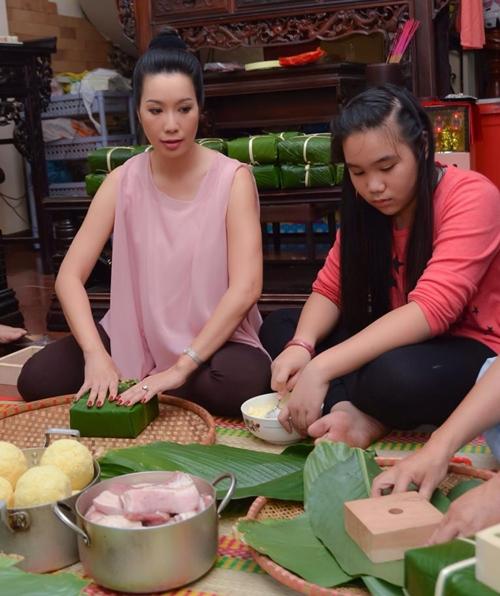 Trịnh Kim Chi bầu 5 tháng vẫn đảm đang gói bánh chưng - 3