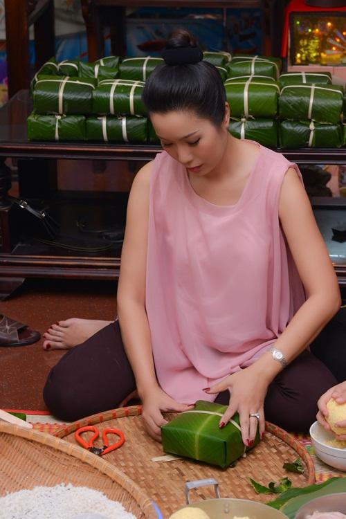 Trịnh Kim Chi bầu 5 tháng vẫn đảm đang gói bánh chưng - 1