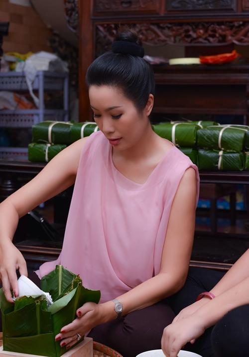 Trịnh Kim Chi bầu 5 tháng vẫn đảm đang gói bánh chưng - 2