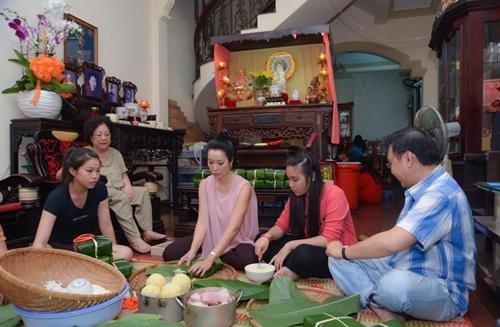 Trịnh Kim Chi bầu 5 tháng vẫn đảm đang gói bánh chưng - 4