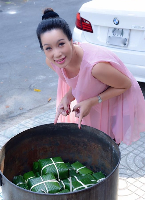 Trịnh Kim Chi bầu 5 tháng vẫn đảm đang gói bánh chưng - 12