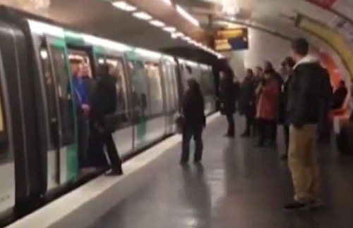 Fan Chelsea phân biệt chủng tộc trên tàu điện ngầm - 1