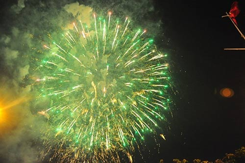 Pháo hoa rực sáng trên bầu trời cả nước - 11