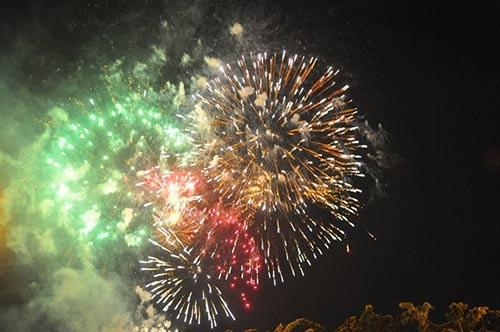Pháo hoa rực sáng trên bầu trời cả nước - 12