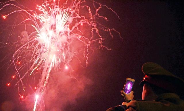 Pháo hoa rực sáng trên bầu trời cả nước - 23