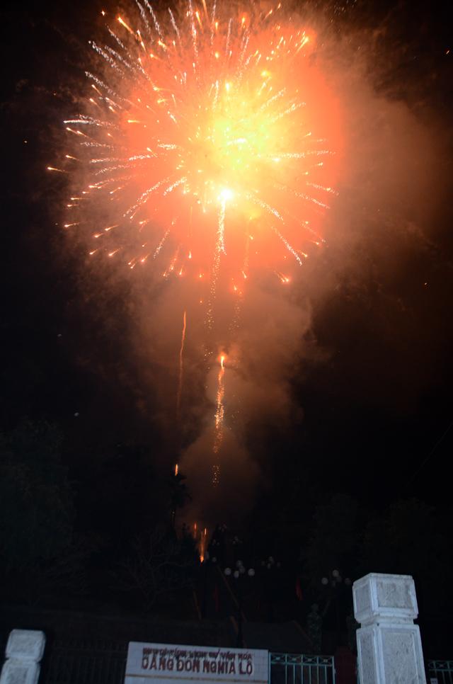Pháo hoa rực sáng trên bầu trời cả nước - 22