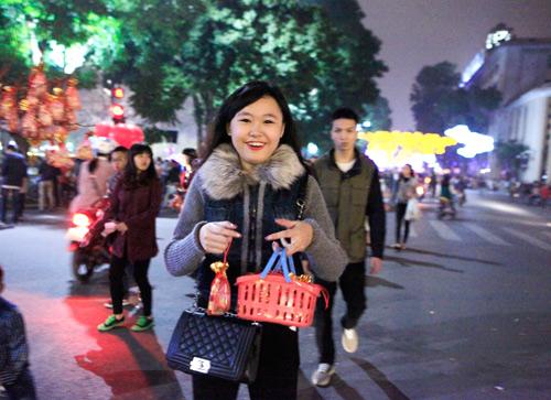 Thiếu nữ Hà thành bán muối lấy lộc đầu năm - 2