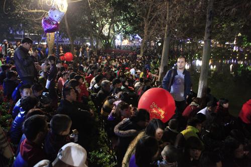 Hà Nội: Hồ Gươm ngập rác sau màn bắn pháo hoa rực rỡ - 4