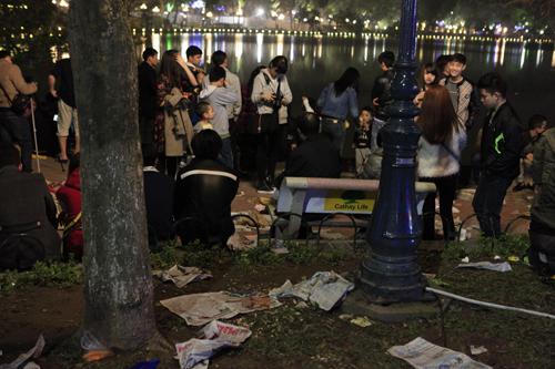 Hà Nội: Hồ Gươm ngập rác sau màn bắn pháo hoa rực rỡ - 3
