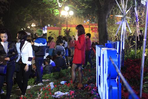 Hà Nội: Hồ Gươm ngập rác sau màn bắn pháo hoa rực rỡ - 2
