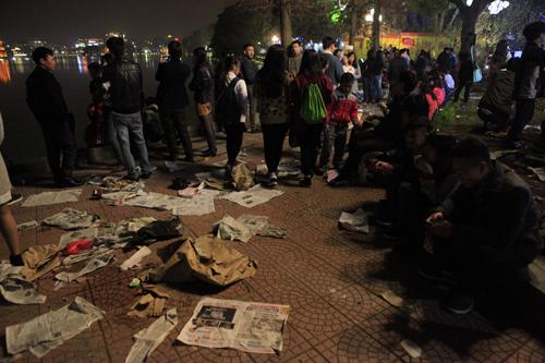 Hà Nội: Hồ Gươm ngập rác sau màn bắn pháo hoa rực rỡ - 1