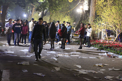 Hà Nội: Hồ Gươm ngập rác sau màn bắn pháo hoa rực rỡ - 6