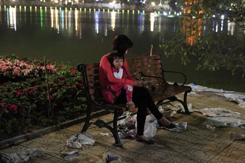 Hà Nội: Hồ Gươm ngập rác sau màn bắn pháo hoa rực rỡ - 10