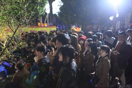 Hà Nội: Hồ Gươm ngập rác sau màn bắn pháo hoa rực rỡ - 5