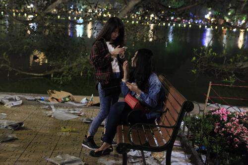 Hà Nội: Hồ Gươm ngập rác sau màn bắn pháo hoa rực rỡ - 9
