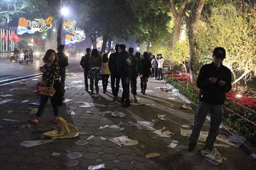 Hà Nội: Hồ Gươm ngập rác sau màn bắn pháo hoa rực rỡ - 8