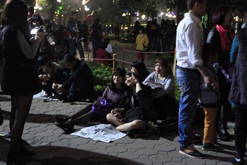 Hà Nội: Hồ Gươm ngập rác sau màn bắn pháo hoa rực rỡ - 11