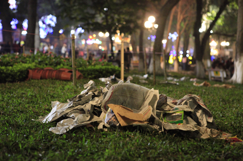 Hà Nội: Hồ Gươm ngập rác sau màn bắn pháo hoa rực rỡ - 12