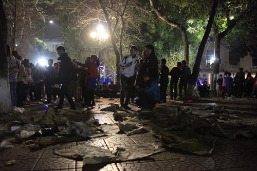 Hà Nội: Hồ Gươm ngập rác sau màn bắn pháo hoa rực rỡ - 15