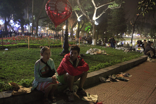 Hà Nội: Hồ Gươm ngập rác sau màn bắn pháo hoa rực rỡ - 14