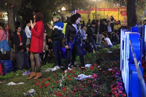 Hà Nội: Hồ Gươm ngập rác sau màn bắn pháo hoa rực rỡ - 18