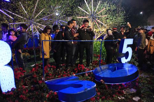 Hà Nội: Hồ Gươm ngập rác sau màn bắn pháo hoa rực rỡ - 20
