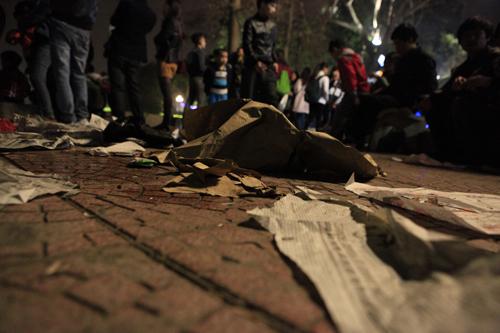 Hà Nội: Hồ Gươm ngập rác sau màn bắn pháo hoa rực rỡ - 16
