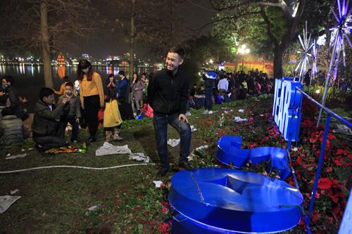 Hà Nội: Hồ Gươm ngập rác sau màn bắn pháo hoa rực rỡ - 19