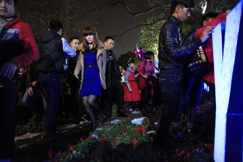 Hà Nội: Hồ Gươm ngập rác sau màn bắn pháo hoa rực rỡ - 22