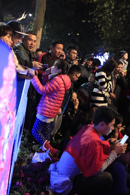 Hà Nội: Hồ Gươm ngập rác sau màn bắn pháo hoa rực rỡ - 25