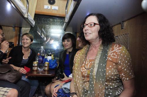 Bộ trưởng Thăng bất ngờ chúc tết khách đi tàu đêm giao thừa - 3