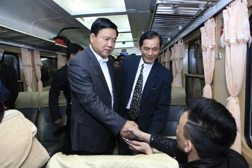 Bộ trưởng Thăng bất ngờ chúc tết khách đi tàu đêm giao thừa - 4