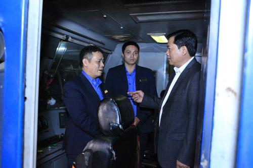 Bộ trưởng Thăng bất ngờ chúc tết khách đi tàu đêm giao thừa - 6