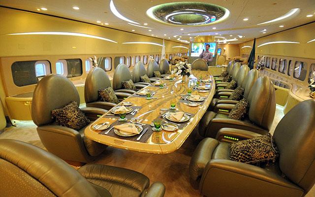 """Vị hoàng tử này bỏ ra 380 triệu USD để mua chiếc Airbus A380 và chi thêm 176 triệu USD tân trang nội thất, trong đó 60 triệu USD để dát vàng bên trong máy bay. """"Siêu phi cơ"""" của Hoàng tử Ả rập Saudi có garage chứa hai xe Rolla-Royce, một chuồng ngựa, một chuồng lạc đà. Trong ảnh là bàn ăn xa hoa dành cho 14 người."""
