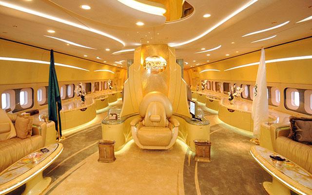 Điều đặc biệt nhất trên chiếc máy bay là phòng cầu nguyện có thể xoay tròn để chủ nhân luôn hướng được về phía thánh địa Mecca.