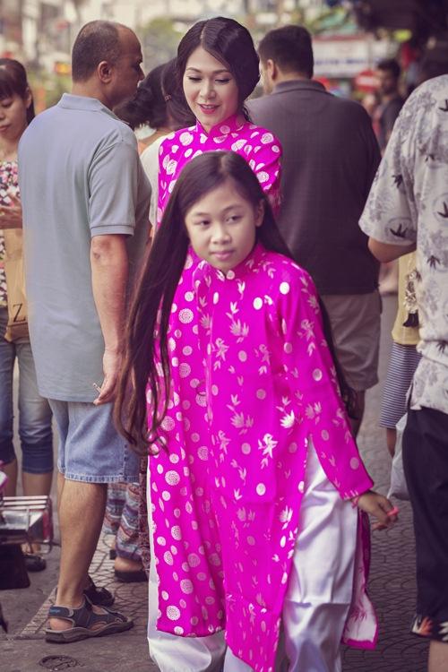 Mẹ con Đinh Y Nhung diện áo dài xuống phố ngày Xuân - 2
