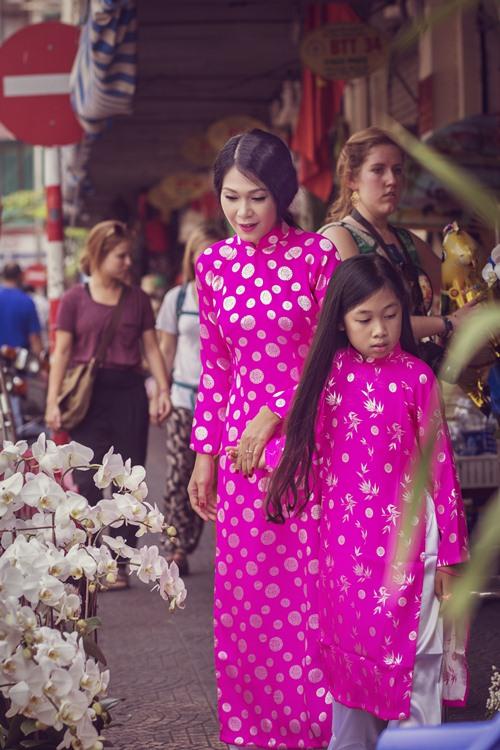 Mẹ con Đinh Y Nhung diện áo dài xuống phố ngày Xuân - 3