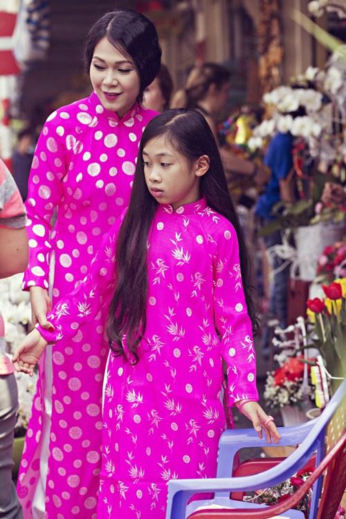 Mẹ con Đinh Y Nhung diện áo dài xuống phố ngày Xuân - 8