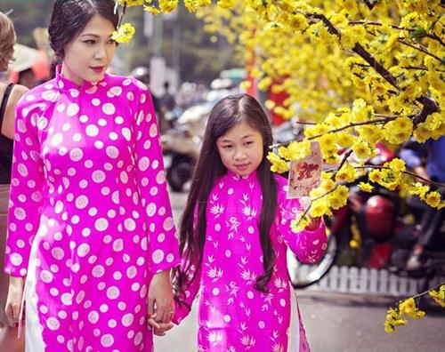 Mẹ con Đinh Y Nhung diện áo dài xuống phố ngày Xuân - 9