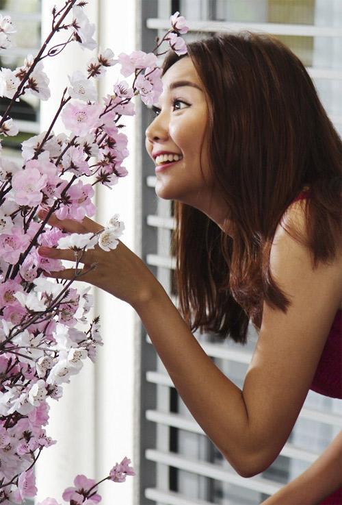 Mỹ nữ Việt đẹp ấn tượng bên hoa cỏ mùa xuân - 4