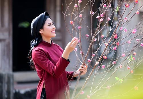 Mỹ nữ Việt đẹp ấn tượng bên hoa cỏ mùa xuân - 5